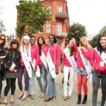 конкурсантке от Беларуси ( в белой косынке)- особый приём