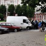 Горящий микроавтобус у торгового центра Днепр