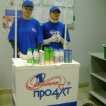 дегустацию йогуртов проводят Аня и Катя