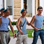 Тельняшки и голубые береты - непременный атрибут праздника