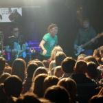 К сцене было не пробиться: фанаты группы танцевали под музыку регги