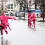 Розовые пришельцы обнимались не только с людьми, но и с машинами