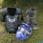 нагрудный щиток, шлем, мотоботы, очки и это ещё не вся экипировка спортсмена