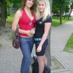 студентки, Татьяна и Оля, тарятся в ТЦ