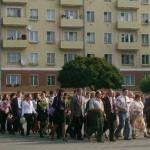 делегация из школьников с прочувственными лицами взвалила на себя венки