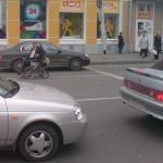 виден задний бампер, машина переехала стоп-линию передними колёсами, нарушив ПДД