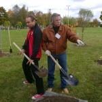 участники ансамбля КОБЗА быстро поняли принцип работы с лопатой