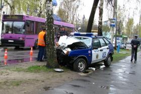 Милицейская машина разбилась о дерево