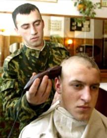 В руках у солдата - грабли и лопата