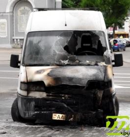 Горящий микроавтобус в центре Могилёва