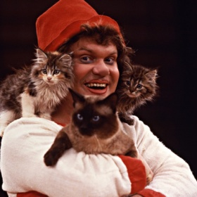 Кошки и Куклачёв (в центре)