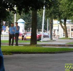 Милиционеры в оцеплении сквера на площади Ленина