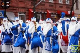 Деды Морозы прошли по улице Первомайской