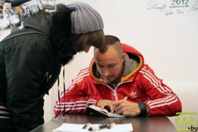 Виталий Артист раздает автографы