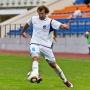 Нападающий «Днепра» Игорь Зенькович бьёт по воротам