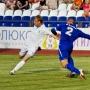 Евгений Капов старается помешать гомельскому нападающему